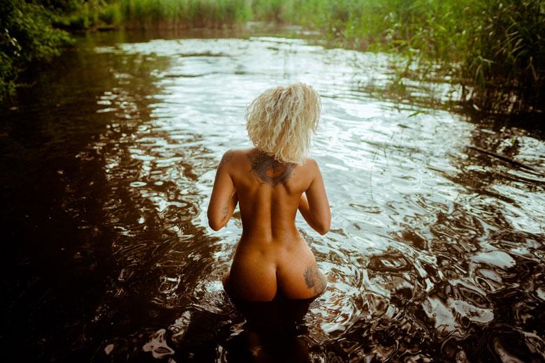 Aktfotos am Wasser blonde Frau