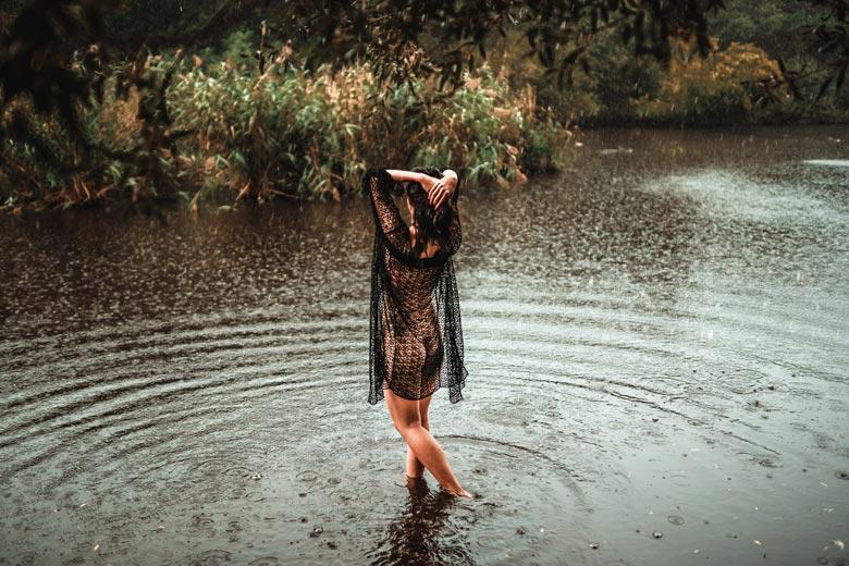 Aktfotos in der Natur Regen