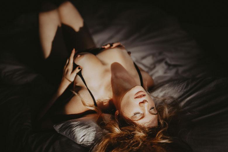 Aktshooting mit Fee Variety im Fotostudio erotische Fotografie