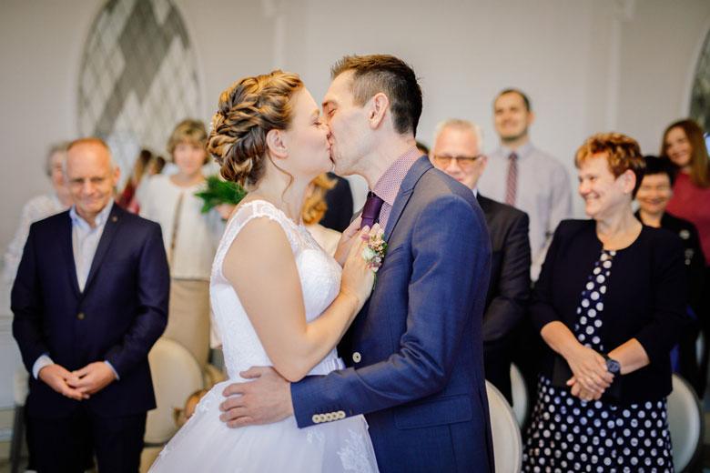 Heiraten im Herbst Kuss
