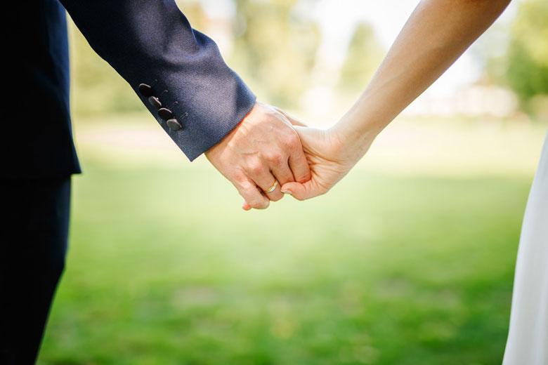 Hochzeitsfotos auf der Schlossinsel Berlin Köpenick Hand in Hand