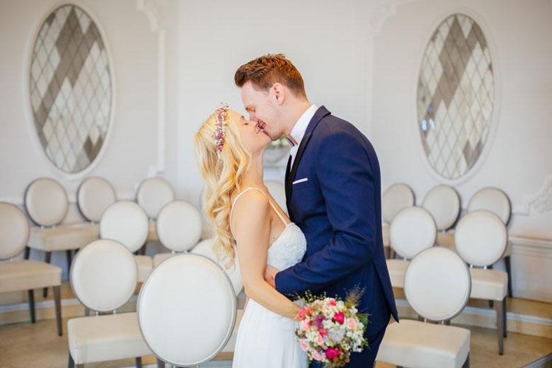 Hochzeitsfotos auf der Schlossinsel Berlin Köpenick Kuss