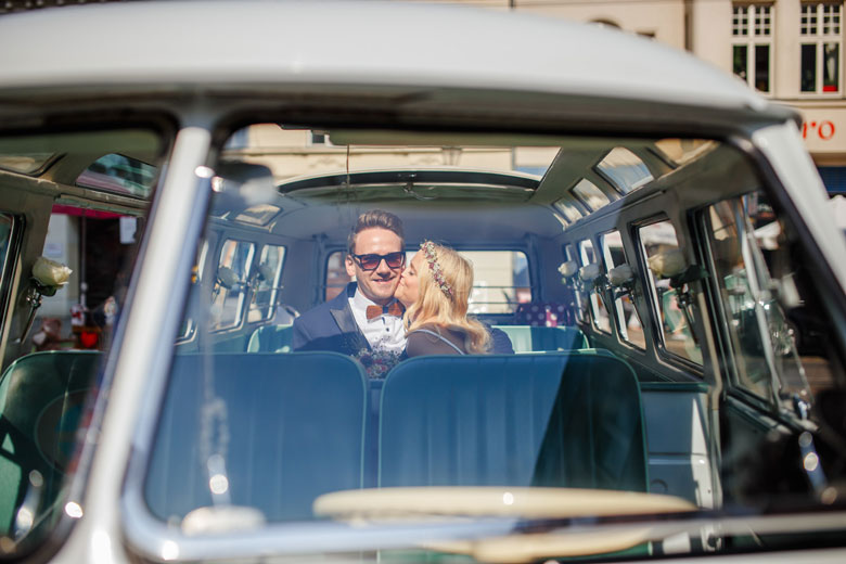 Hochzeitsfotos auf der Schlossinsel Berlin Köpenick VW Bully