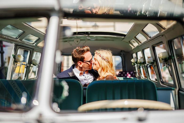 Hochzeitsfotos auf der Schlossinsel Berlin Köpenick VW Bus