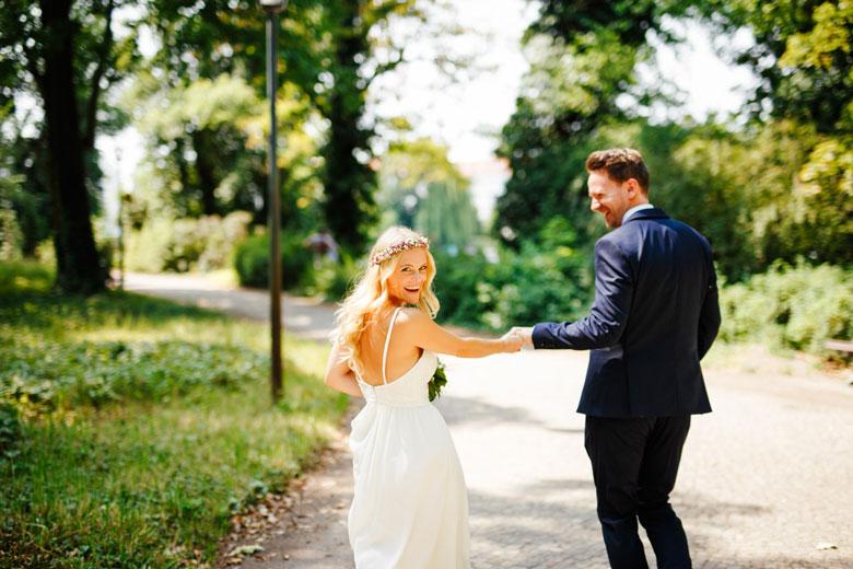Hochzeitsfotos auf der Schlossinsel Berlin Köpenick lachen
