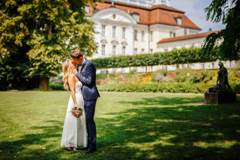 Hochzeitsfotos auf der Schlossinsel Berlin Köpenick vorm Schloss