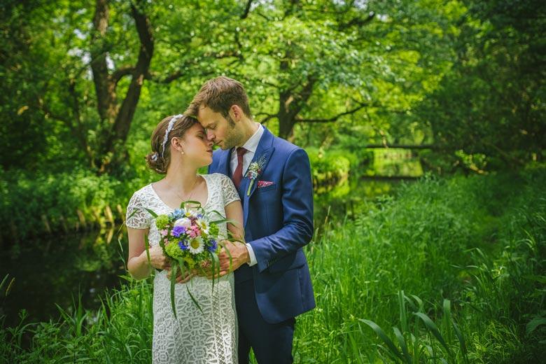 Hochzeitsfotos im Grünen Paar