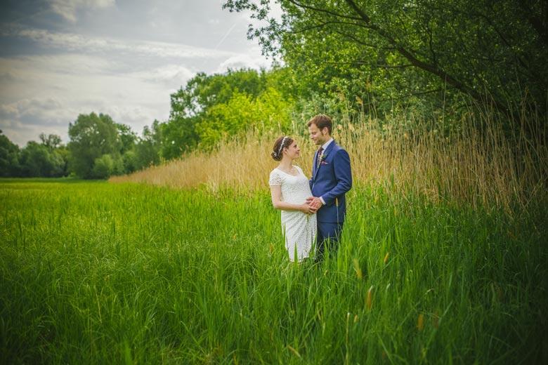 Hochzeitsfotos im Grünen auf der Wiese