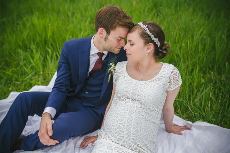 Hochzeitsfotos im Grünen auf einer Decke