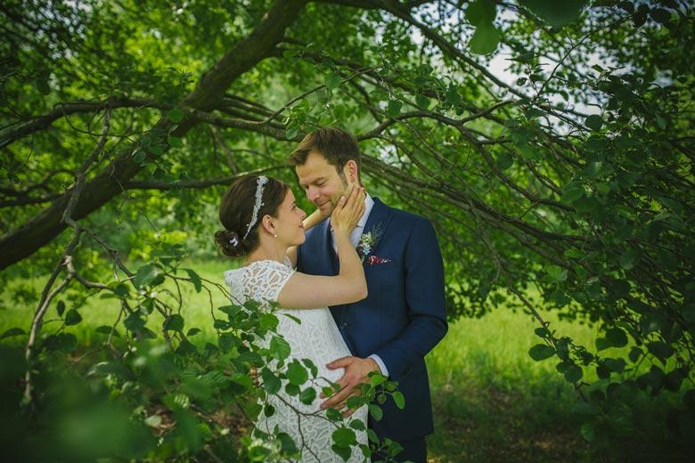 Hochzeitsfotos im Grünen verliebt