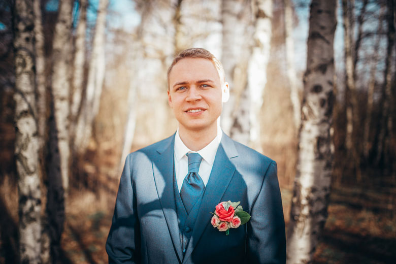Hochzeitsfotos in der Natur Bräutigam