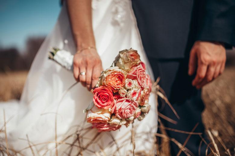 Hochzeitsfotos in der Natur Brautstrauß