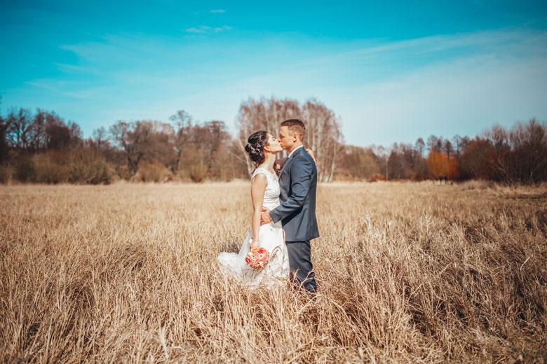 Hochzeitsfotos in der Natur Kuss
