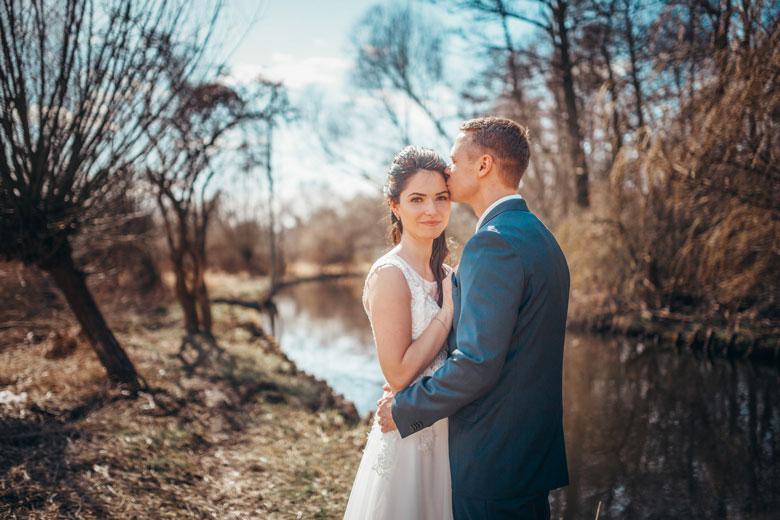 Hochzeitsfotos in der Natur am Fluss