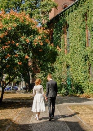 Hochzeitsfotos vor Kirche
