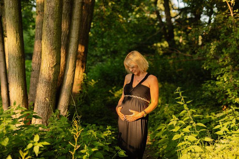 Paarfotos in der Natur Frau im Wald