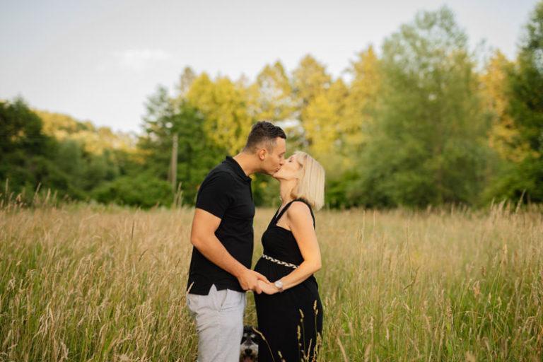 Paarfotos in der Natur Kuss