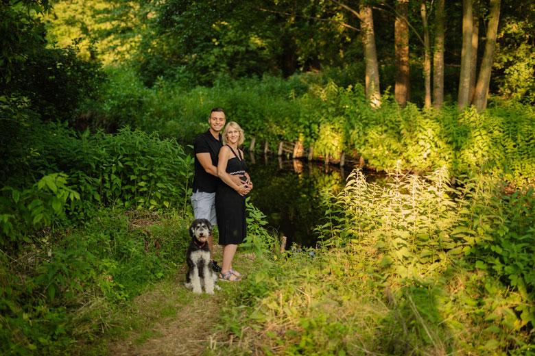 Paarfotos in der Natur mit Hund