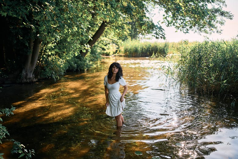 Fotoshooting am Wasser im Kleid