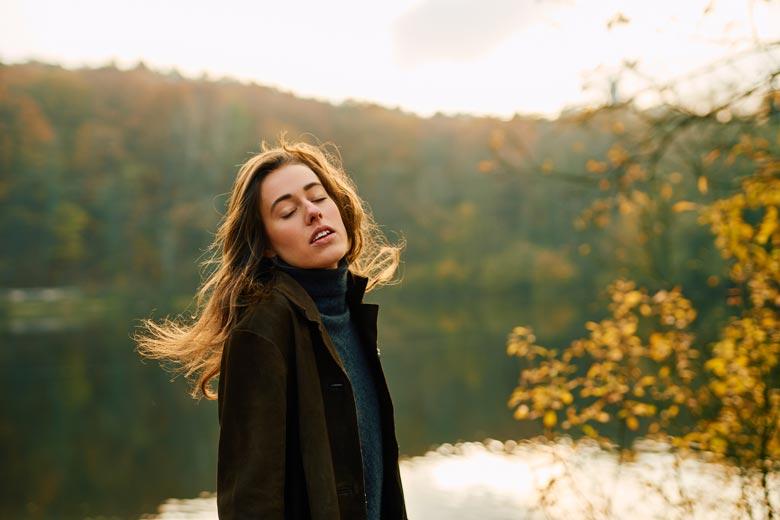 Frau mit langen Haaren am Teufelssee im Gegenlicht