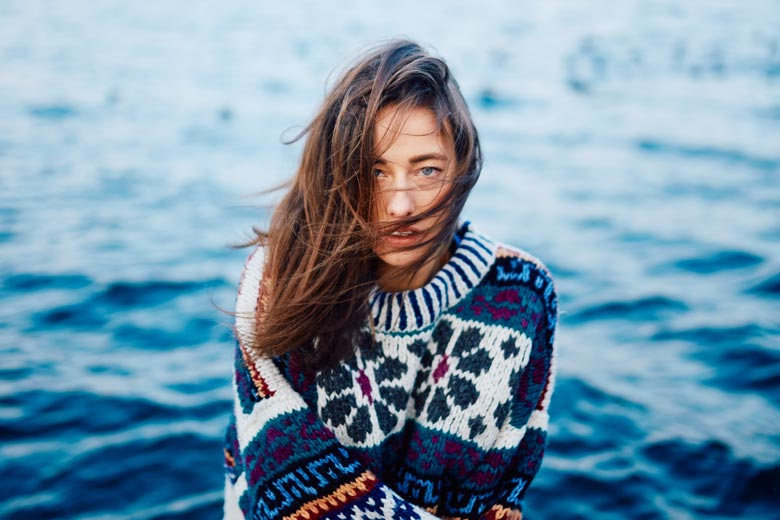 Frau mit dickem Pullover